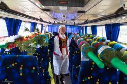 Renata Krajewska, szefowa GOKu w Zbójnej, ogląda palmy, które mają jechać do Kuzi po dorocznym konkursie Rozmaitości Wielkanocnych.