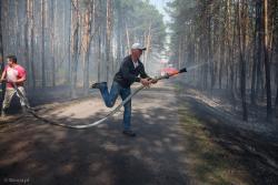 Strażacy ochotnicy gaszą pożar lasu w okolicach wsi Pianki na terenie gminy Zbójna.