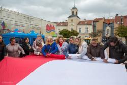 Z okazji Dnia Flagi spółdzielnia socjalna Alexis w Łomży z Barbarą Duda na czele przygotowała 50 metrową flagę, którą rozwinięto na Starym Rynku.