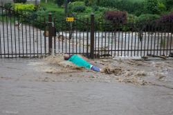 """Woda zalała podłomżyńskie miejscowości: Pogórze, Siemień Rowy, Siemień Nadrzeczny, Pniewo czy Rybno. Mężczyzna chciał dojść do furtki, ale woda wymyła podjazd, wpadł w dziurę i przewrócił się. Na tym tle tabliczka z napisem """"Uwaga zły pies"""" nie wygląda groźnie."""