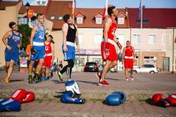 Bokserski trening na Starym Rynku w ramach obchodzonego w całym kraju Ogólnopolskiego Dnia Boksu Olimpijskiego.