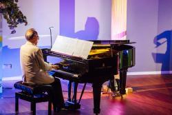 Pianista Rafał Lewandowski podczas koncertu w PWSIiP w ramach XXVI Międzynarodowego Festiwalu Muzyczne Dni Drozdowo-Łomża.