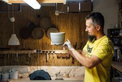 Pan Twardowski. Pan Adam Twardowski, twórca zajmujący się m.in. ceramiką użytkową, artystyczną w pracowni.