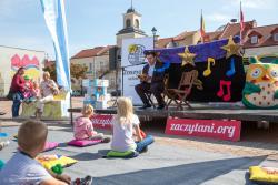 Na zaczytanego prezydenta Mariusza Chrzanowskiego spadła dekoracja podczas otwarcia Zaczytanej Ławeczki na Starym Rynku.