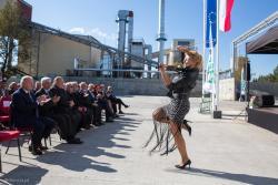 Otwarcie zakładu produkcji pustaków silikatowych w Śniadowie. Na skrzypcach elektrycznych gra Magdalena Szymańska.