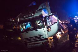 Tragiczny, pechowy wypadek na drodze między Zbójną a Łysymi. Auto osobowe uderzyło rozrzutnik tak nieszczęśliwie, że oś wyrwała się i trafiła w kierowce przejeżdżającego TIRa.