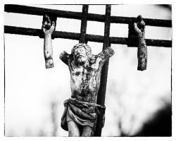 """O tempora, o mores! (""""O czasy, o obyczaje!) Ręce opadają Chrystusowi na starym cmentarzu w Łomży."""