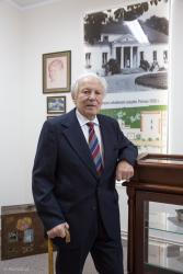 Janusz Jabłoński, 94-letni letni syn ostatniego dziedzica w Pniewie Jerzego Jabłońskiego (1895 – 1986), w utworzonej izbie pamięci w miejscu na pierwszym piętrze, gdzie znajdował się Jego duży pokój.