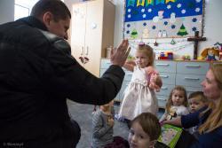 Przedszkolak przybija piątkę z Ministrem Edukacji Narodowej Dariuszem Piontkowskim podczas oficjalnego otwarcia przedszkola samorządowego w Wiźnie.