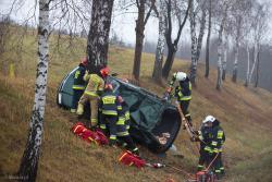 Strażacy z OSP Piątnica i PSP Łomża wyciągają rannego z zakleszczonego samochodu.