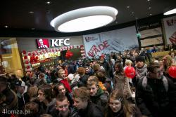 Otwarcie pierwszej w mieście galerii handlowej pod nazwą Veneda n/z tłumy przy restauracji KFC.
