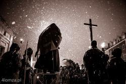 Łomża, Wielki Piątek, ulicami miasta w śniegu, przeszła droga krzyżowa, a zorganizowana przez o. Kapucynów.