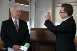 Nowy dyrektor szpitala Krzysztof Bałata oraz członek zarządu województwa podlaskiego udzielający rad Karol Pilecki