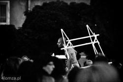 """26 Międzynarodowy Festiwal Teatralny Walizka n/z przedstawienie plenerowe pt. """" Tutaj """" teatru  Orientheatre Dance Company z Francji; przedstawienie łączące nowoczesność formy z perską poezją pochodzącą z XIII wieku, w rolę główną wcielił się Mehdi Farajpour."""