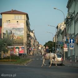 Łomżing. Pod tym hasłem Browar Łomża prowadził swoją kampanię reklamową w 2013r n/z Łomża, pl. Kościuszki i scenka live z reklamą w tle.