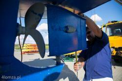 Nowo otwarty Port Łomża otoczony jest mieliznami n/z kapitan portu Ryszard Nawrocki mierzy głębokość zanurzenia, gdyż w tylko do połowy września urwano 6 śrub.