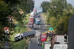 Niebezpieczna droga S 61, w Janowie k Łomży osobowy mercedes zderzył się czołowo z tirem, kierowca osobówki zmarł w szpitalu.