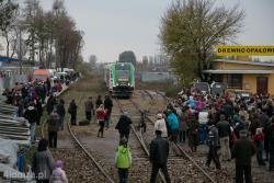 """Łomża, stacja PKP. Specjalny przejazd pociągu na nieczynnej dziś trasie Łapy - Łomża zorganizowano w 120. rocznice utworzenia """"Kolei nadnarwiańskiej"""".  Linię kolejową łączącą Ostrołękę z Łapami carskie władze uruchomiły w 1893 roku, ale odcinek ze Śniadowa do Łomży powstał dopiero w 1915 roku. Przejazd rocznicowego szynobusu zorganizowały samorządy gmin leżących na trasie Kolei narwiańskiej czyli Łap, Sokół, Kulesz, Kołak Kościelnych, gminy Zambrów, Śniadowa i Łomży."""
