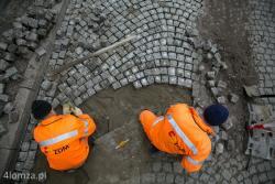 Ekipa Zakładu Dróg Miejskich MPGKiM usiłuje wyprostować nawierzchnię ulicy Dwornej. Aby zachować charakter ulicy wzór kostki musi zostać utrzymany.