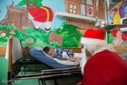 Mikołaj na oddziale dziecięcym pojawił się niespodziewanie i był prawdziwym zaskoczeniem dla tych dzieci, które święta spędziły w szpitalu w Łomży. Jasnym jest, że Święty Mikołaj wszystkiego sam nie zrobi i potrzebuje pomocników. Leszek Krzyżkowiak, prezes sp. Zakładów Spożywczych Bona w Łomży był tym, który sprawił, że worki Mikołaja nie były puste.
