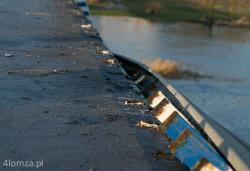 Most w Wiźnie (a precyzyjniej w Rusi), auto wpadło w poślizg i runęło  w dół. Na szczęście nie do koryta rzeki, a na twardy grunt. W zdumienie wprawia widok mocowań barierki do konstrukcji mostu.