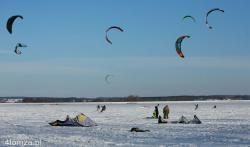 Jednaczewo k. Łomży. Dolina Narwi to doskonale miejsce na snowkite. Około 20 skiterów z Łomży, Warszawy wykorzystało ten atut.