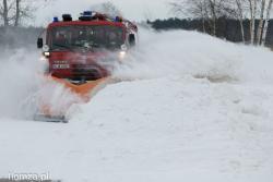 Straż już nie tylko pożarna, n/z strażacy z OSP Piątnica odśnieżają drogi.