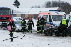 Wypadek podczas holowania na trasie Zbójna - Nowogród. Ciężko ranny mężczyzna ma wyrwaną rękę, którą strażak niesie do helikoptera LPR.