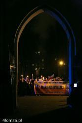 """Ulicami Łomży przeszedł Marsz Pamięci Żołnierzy Wyklętych.  Uczestnicy marszu nieśli biało-czerwone flagi, na ramionach mieli biało-czerwone przepaski z napisami AK i NSZ. Głośno skandowali: """"Cześć i chwała bohaterom"""", """"Armia wyklęta - Łomża o was pamięta"""", """"Precz z komuną"""", """"Raz sierpem, raz młotem czerwoną hołotę""""."""