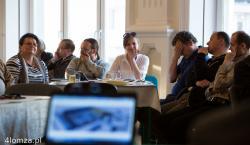 """Konsultacje społeczne w sprawie hali targowej na Starym Rynku. - Za długo dyskutujemy. Trzeba wreszcie zdecydować i zacząć robić – mówiła dr Krystyna Leszczewska, prorektor Państwowej Wyższej Szkoły Informatyki i Przedsiębiorczości w Łomży, która uczestnicząc w debacie nad przyszłością hali targowej na Starym Rynku, zapewne tak jak większość obecnych, dowiedziała się, że """"prace"""" nad określeniem jej przyszłego charakteru trwają już od 7 lat."""