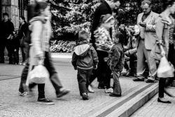 Wielka Sobota. Rodziny wychodzą ze święconką z kościoła pw. Świętego Brunona na Łomżycy. Chłopiec wyraźnie zainteresowany tym, co robi jego rówieśniczka.