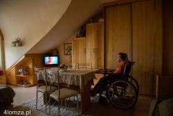 Podopieczna Domu Pomocy Społecznej w Łomży ogląda transmisję z Rzymu mszy kanonizacyjnej Jana Pawła II i Jana XXIII.