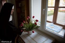 Matka Janina Podsiad, Ksieni Opactwa Sióstr Benedyktynek w Łomży ustawia kwiaty w Oknie Życia, dzień wcześniej po raz pierwszy w historii ktoś położył dziewczynkę owiniętą w dwa kocyki i bluzę matki.