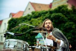"""Happening muzyczny  """"Dźwiękowiązałka"""" w wykonaniu multiinstrumentalisty Sambora Dudzińskiego, który odśpiewał tekst z 10 zł."""
