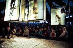 """""""Hamlet"""" zrealizowany w konwencji spektaklu lalkowego.  Nie wszyscy mieli możliwość wejść do namiotu pośrodku Starego Rynku."""