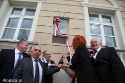 Podczas uroczystej sesji Rady Miasta świętowano 596. rocznicę nadania praw miejskich Łomży. Odsłonięto także pamiątkową tablicę na 25 -lecie pierwszych po II wojnie światowej częściowo wolnych wyborów. Czas przedwyborczy, przyćmił doniosłość chwili. Tłum kłębił się przy tablicy chcąc ogrzać się blaskiem rocznicy, a zapomniano o tych, dzięki którym możemy cieszyć się jej owocami. A przecież żyją ...