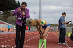 Justyna Korytkowska, najbardziej uzdolniona i utytułowana biegaczka z Łomży, niemal bez widowni pobiła 8-letni rekord Polski w biegu godzinnym. Biegając wokół stadionu miejskiego zdążyła pokonać dystans 16 kilometrów i 397 metrów. I bez tego Korytkowska ten rok może zaliczyć do udanych - zdobyła cztery medale Mistrzostw Polski. N/z złota Justyna z mężem i trenerem Andrzejem Korytkowskim.