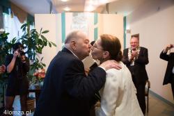 Irena Sokołowska i Stanisław Zagórski (prezes Stopki) podczas ceremonii ślubnej w USC w Łomży.