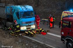 Strażacy ratują mężczyznę pod ciężarówką.