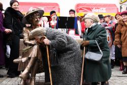 11.11.2007 Odsłonięcie pomnika ławeczki Hanki Bielickiej na Farnej w Łomży. N/z koleżanki z młodości