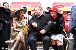 11.11.2007 Odsłonięcie pomnika ławeczki Hanki Bielickiej na Farnej w Łomży. N/z Bogumiła i Marek Olbryś