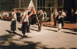Hanka Bielicka świadkiem wręczenia sztandaru szkole. II LO 2.06.1996 r.