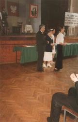 Aula II LO 2.06.1996. Spotkanie Hanki Bielickiej ze społecznością szkoły, obok dyrektor Józef Przybylski.
