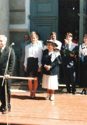 II LO Łomża. 2.06.1996. Hanka Bielicka świadkiem wbijania gwoździ honorowych w drzewiec sztandaru szkoły, obok przewodnicząca SU Kasia Pieniążek, sztandar podtrzymuje dyrektor Józef Przybylski.