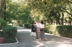 2.06.1996 r. Powitanie Hanki Bielickiej w głównej alejce przed II LO. Obok przedstawiciel Rady Rodziców Wojciech Aszoff i nauczyciel Małgorzata Walijewska.