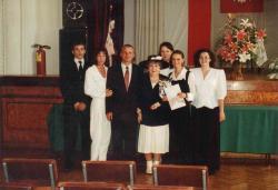 Pamiątkowe zdjęcie Hanki Bielickiej z uczniami II LO w auli szkolnej.