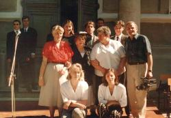 Hanka Bielicka w otoczeniu uczniów II LO i ich rodziców przed swoja dawną szkołą.