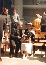 2.06.1996r. Hanka Bielicka w rozmowie z dyrektorem II LO Józefem Przybylskim. Przed uroczystością nadania imienia szkole.