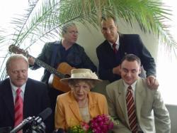 Czerwiec 2005 Otwarcie saloniku H.Bielickiej w Łomży. Na zdjęciu od lewej: Jerzy Brzeziński, Hanka Bielicka, Adam Budziszewski, z tyłu Jerzy Filar z gitarą i Krzysztof Borkowski.