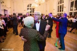 Studniówka u Kościuszki. Były dyrektor i legenda szkoły Zygmunt Zdanowicz tańczy z żoną w odnowionej auli.